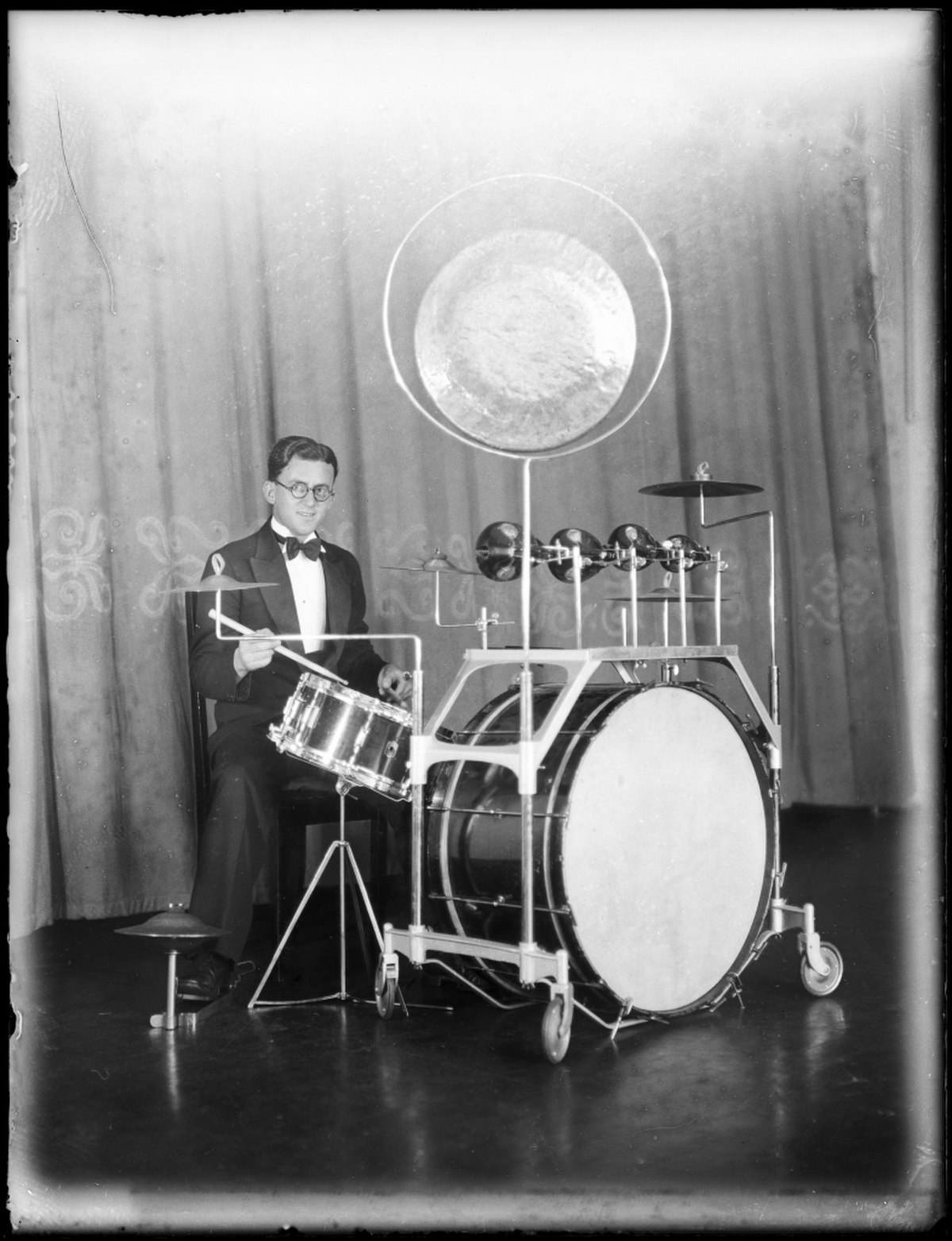 1200px-Dance_band_drummer_at_Mark_Foy's_Empress_Ballroom_from_The_Powerhouse_Museum.jpg | Gaze of time , Dance band drummer at Mark Foy's Empress Ballroom from The Powerhouse Museum - Drum kit - Wikipedia (Public Domain)